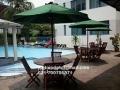 meja payung untuk kolam renang apartemen