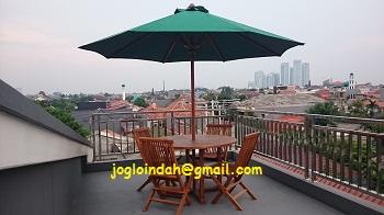 Set Meja Payung Taman untuk Kos Eksklusif di Pondok Karya Mampang Jakarta Selatan