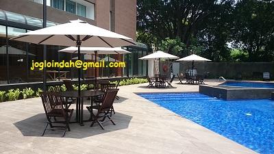Set Meja Payung untuk Kolam Renang Swiss Bel Hotel Pondok Indah Jakarta Selatan