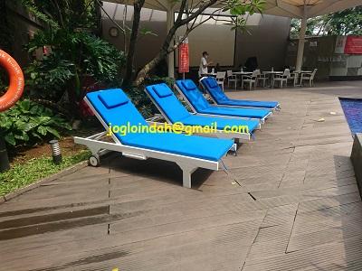 Kursi Kolam Renang Kayu Jati / Sun Lounger untuk Swiss BelHotel Pondok Indah